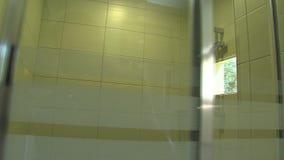 Riegue la cabina en cuarto de baño en el hotel de familia en el parque búlgaro Rosinets almacen de metraje de vídeo