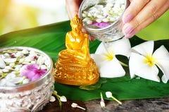 Riegue la ceremonia de la bendición por el festival de Songkran o el Año Nuevo tailandés Fotografía de archivo