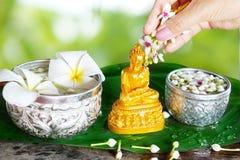 Riegue la ceremonia de la bendición por el festival de Songkran o el Año Nuevo tailandés Foto de archivo libre de regalías