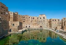 Riegue la cisterna en el pueblo tradicional de Hababah, Yemen Fotos de archivo libres de regalías