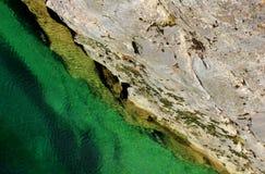 Riegue la conexión en cascada sobre rocas en una cala cerca de Arsiero, Italia Foto de archivo