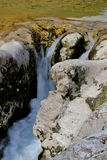 Riegue la conexión en cascada sobre rocas en una cala cerca de Arsiero, Italia Fotos de archivo libres de regalías
