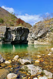 Riegue la conexión en cascada sobre rocas en una cala cerca de Arsiero, Italia Imagen de archivo
