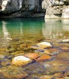 Riegue la conexión en cascada sobre rocas en una cala cerca de Arsiero, Italia Imagen de archivo libre de regalías