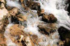 Riegue la conexión en cascada sobre rocas en una cala cerca de Arsiero, Italia Fotografía de archivo libre de regalías