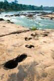 Riegue la corriente en Kaeng Tana National Park, Ubonratchani, Tailandia imagenes de archivo