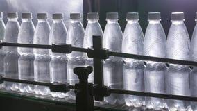 Riegue la línea de embotellamiento para procesar y embotellar el agua de manatial pura metrajes