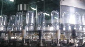 Riegue la línea de embotellamiento para procesar y embotellar el agua pura metrajes