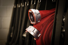 riegue la manguera rodada para arriba en el cuerpo de bomberos foto de archivo libre de regalías