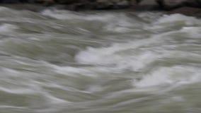 Riegue la precipitación en un río Himalayan cerca de la gama de Annapurna nepal almacen de video