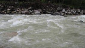 Riegue la precipitación en un río Himalayan cerca de la gama de Annapurna nepal almacen de metraje de vídeo