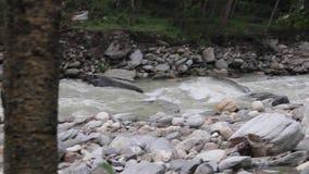Riegue la precipitación en un río Himalayan cerca de la gama de Annapurna nepal metrajes