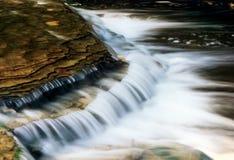 Riegue la precipitación sobre rocas Foto de archivo libre de regalías