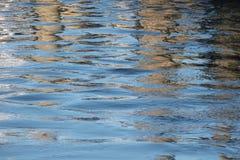Riegue la superficie con las ondas azules y las reflexiones oscuras como abstrac Imágenes de archivo libres de regalías