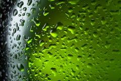 Riegue la textura de las gotas en la botella de cerveza Fotos de archivo libres de regalías