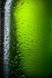 Riegue la textura de las gotas en la botella de cerveza Fotografía de archivo