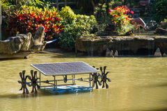 Riegue la turbina con el panel solar para el buey cada vez mayor del tratamiento de aguas Imagen de archivo