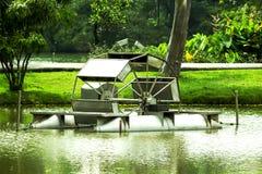 Riegue la turbina que flota en el agua del parque Fotos de archivo libres de regalías