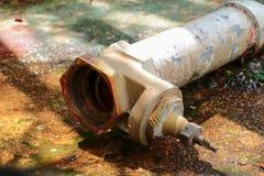 Riegue la válvula nueva hacen que los tubos de la reparación con se modifiquen del tubo industrial unido del golpecito del viejo  Foto de archivo