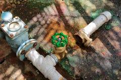 Riegue la válvula nueva hacen que los tubos de la reparación con se modifiquen del tubo industrial unido del golpecito del viejo  Imagen de archivo