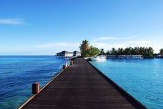 Riegue las casas de planta baja y el océano azul del cielo y azul Imágenes de archivo libres de regalías