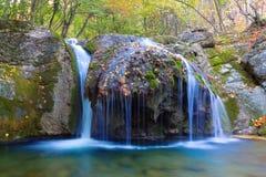 Riegue las cascadas en un río de la montaña Imágenes de archivo libres de regalías