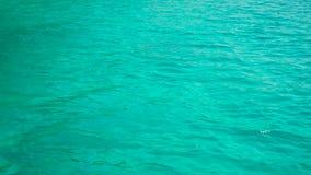 Riegue las ondulaciones en la superficie del agua azul almacen de metraje de vídeo