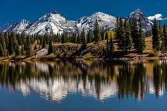 Riegue las reflexiones con las montañas capsuladas nieve, San Juan Mountains In Autumn Foto de archivo