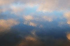 Riegue las reflexiones del cielo en el lago Foto de archivo libre de regalías
