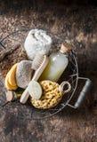 Riegue los accesorios en la cesta del vintage - champú, esponja, jabón, cepillo facial, toalla, toallita, piedra de piedra pómez  Foto de archivo