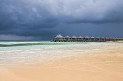 Riegue los chalets en el océano con pasos en la laguna de la turquesa, Kuredu, Maldivas Imagenes de archivo