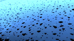 Riegue los descensos después de la lluvia sobre el vidrio Foto de archivo