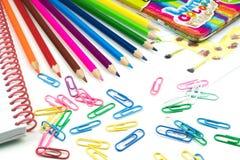 Riegue los lápices y los paperclips coloreados, concepto de la escuela Fotografía de archivo libre de regalías