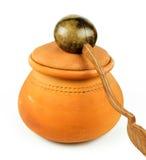 Riegue los potes de arcilla y la cucharón de la cáscara del coco/la cerámica tailandesa Foto de archivo libre de regalías
