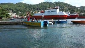 Riegue los taxis y los barcos de pesca en el embarcadero del bote de Bequia almacen de metraje de vídeo