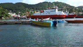 Riegue los taxis y los barcos de pesca en el embarcadero del bote de Bequia metrajes
