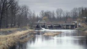 Riegue los vertederos, agua que desborda en las pequeñas presas, tiro estático metrajes
