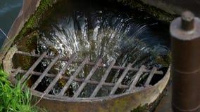 Riegue que escurre el lago en el dren almacen de metraje de vídeo