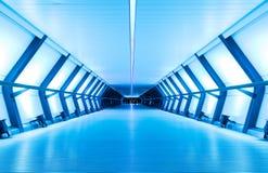 Riel transversal en la noche, Canary Wharf, Londres, Reino Unido Imagen de archivo libre de regalías