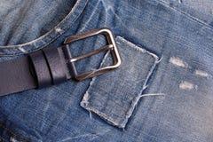 Riem die op jeans liggen stock afbeeldingen