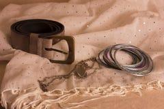 Riem en armbanden aan sjaals Stock Afbeeldingen