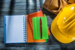 Riem van het het leerhulpmiddel van de notitieboekjespen de beschermende GLB op houten raad stock fotografie