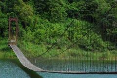 Riemen-Brücke über dem Fluss Stockfotografie