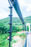 Riemen der Hängebrücke an Mae Kuang Udom Thara-Verdammung stockfotos