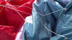 Riemen des Gleitschirms Dünne Seile, die den Flügel und die Bedienknöpfe anschließen stock footage