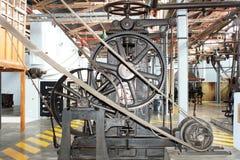Riemen en toestellen op machines in een oude katoenen verwerkingsfabriek stock afbeelding
