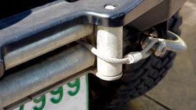 Riemen und Haken umschlungen mit einem Frontstoßstangekern stockfoto