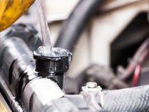 Riempia l'acqua nel radiatore dell'automobile Immagini Stock Libere da Diritti