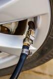 Riempia l'aria nella ruota dell'automobile Immagini Stock