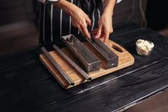 Riempia la pasta in muffe d'acciaio Immagine Stock